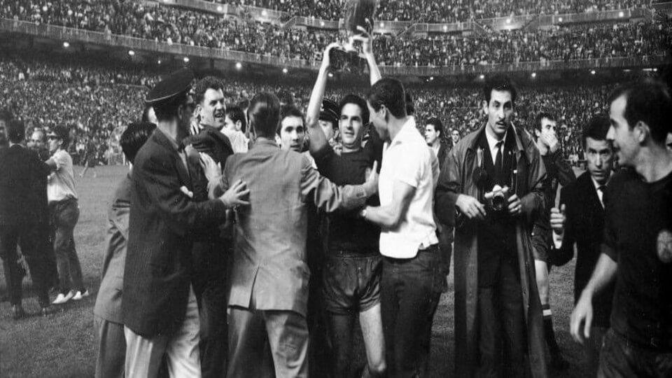 Διαβάστε για το Euro 1964. Διαβάστε για την πρώτη κατάκτηση του Κυπέλλου Εθνών Ευρώπης από την Ισπανία μέσα στην ίδια τους την χώρα το 1964.